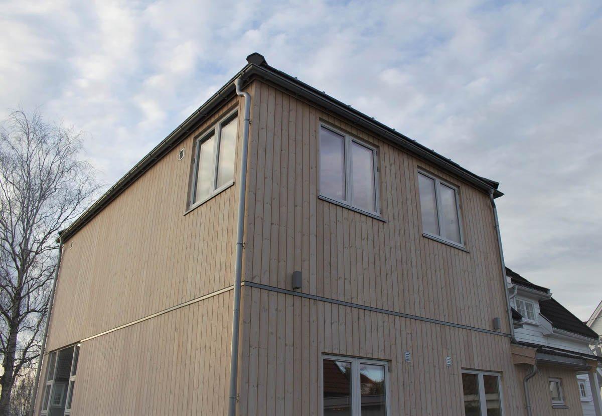 I etasjen under har familien fått en stor stue som er høyt under taket.