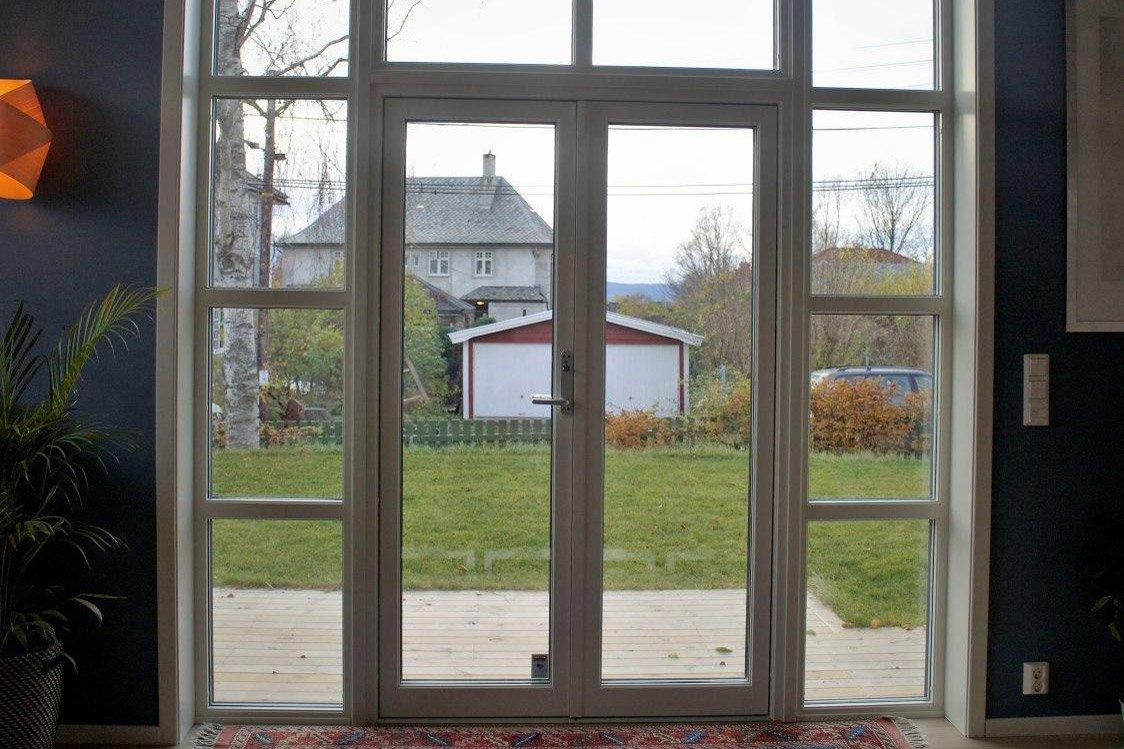 Vi satte i lavenergi vinduer og glassdør i nytt funkis tilbygg på et eldre verneverdig hus - klikk på bildet og se resultatet av prosjektet